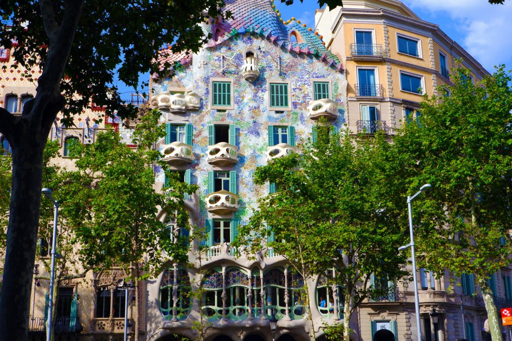 Casa Batlló Tour - Frontal shop during spring from accross the street